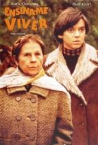 ENSINA-ME A VIVER (1971 – Estados Unidos), garoto neurótico e vovó iluminada. A diferença de idade é só mais um dos elementos que fizeram dessa comédia dramática de Hal Ashby um clássico. O rapaz de 20 anos tem obsessão pela morte e passa seu tempo indo a funerais e simulando suicídios. Quando conhece Maude (Ruth Gordon), uma senhora de 79 anos apaixonada pela vida, descobre a beleza de estar vivo.